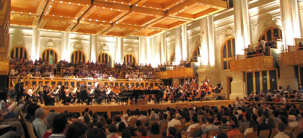 Descrição da imagem: foto da Sala São Paulo com centenas de pessoas assistindo a um concerto. Fim da descrição.