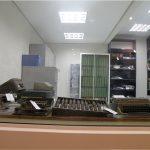 Foto de alguns equipamentos antigos de escrita em braile, conservados e expostos na fundação Dorina.