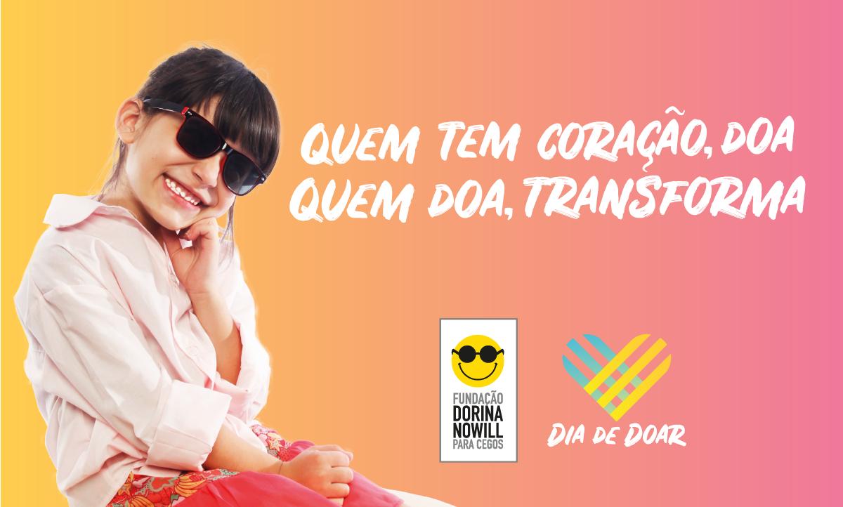 """Descrição da imagem: banner virtual em tons de rosa e laranja com a foto de Sofia, uma das crianças atendidas pela Fundação Dorina. Ela está sentada, com uma mão no queixo e sorrindo. Ao lado, o texto """"Quem tem coração, doa. Quem doa, transforma"""""""