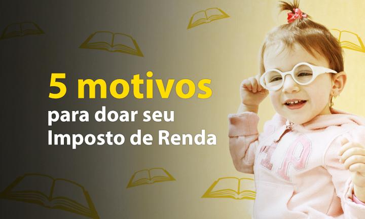 """Descrição da imagem: banner virtual com fundo em tons de amarelo e ilustrações de pequenos livros. Ao lado direito, foto de uma menina sorridente de 2 anos. Ela usa óculos. Ao lado esquerdo, o texto """"5 motivos para doar seu imposto de renda"""""""