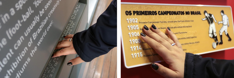 Descrição da imagem: duas fotos da mão de Carla tocando placas em braille do museu. Uma delas tem a imagem de dois jogadores em relevo disputando a bola.
