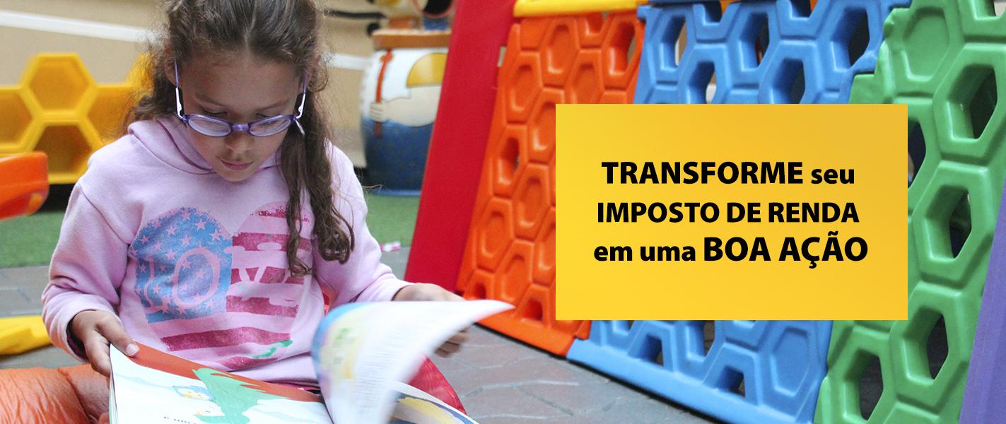 """Descrição da imagem: foto de uma garotinha lendo um livro sobre as pernas. Ao lado, o texto """"Transforme seu Imposto de Renda em uma boa ação"""""""